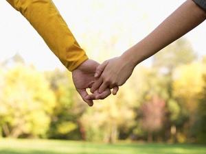 pareja-manos-tomadas-corbis20130419